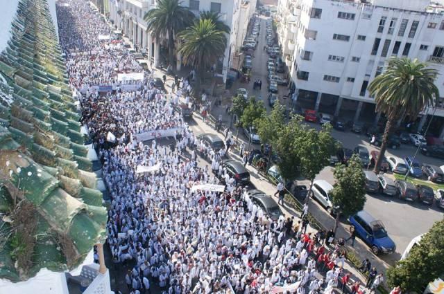 صورة بيان أطاك المغرب : مسيرة 29 أكتوبر 2018 بالدار البيضاء، للأساتذة الذين فرض عليهم التعاقد، فرصة أخرى لبناء حلف نضالي بين من وضعوا في الطاحونة الآن ولمن سيوضعون فيها عما قريب، لكي لا يطحن أحد في هذا البلد.