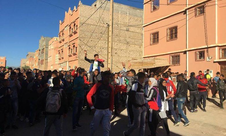 صورة جمعية أطاك المغرب-المجموعة المحلية لأكدز ترفع شارة النصر للتلاميذ والتلميذات